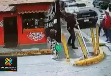 Hombre desató su furia contra una señal vertical en Alajuela