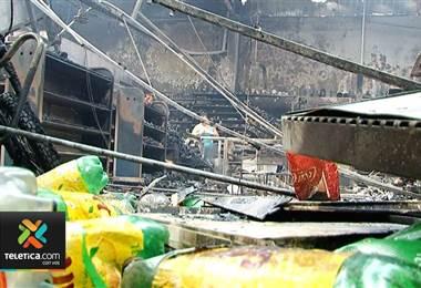 Corto circuito habría provocado incendio en supermercado de San Carlos