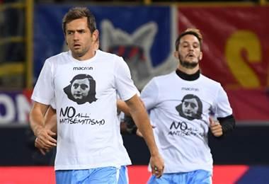 Jugadores de la Lazio saltaron a la cancha con camisetas en contra del antisemitismo. AFP