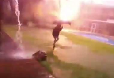 ¡Impresionante! Rayo cae cerca de niño en Argentina y hecho quedó registrado en video