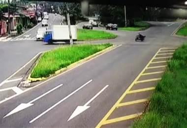 Carro liviano choca contra camión