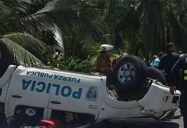 Policias heridos por vuelco