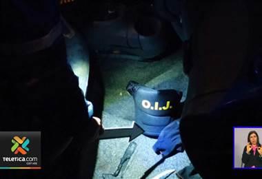 colombianos y tico con ropa del OIJ y un arma