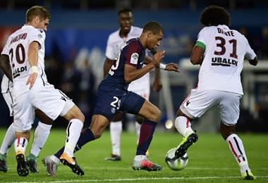 Mbappé lucha contra los defensores del Niza.|AFP