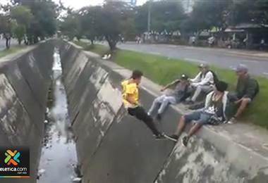 Joven colombiano falla estrepitosamente en un salto y video se viraliza