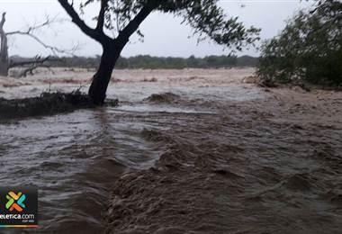 Videos muestran inundaciones en Puntarenas y Paquera tras fuertes lluvias