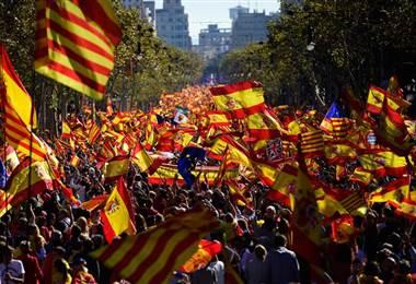 """""""Cataluña es España"""", revindica una multitud en las calles de Barcelona"""