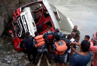 Al menos 31 muertos en un accidente de autocar en Nepal