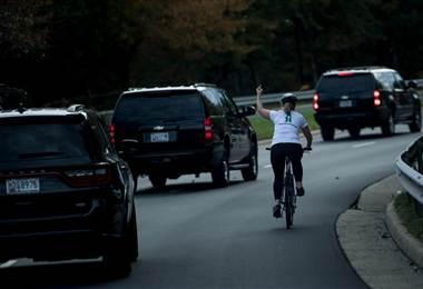 Gesto obsceno de ciclista a la caravana de Trump en Virginia se vuelve viral en redes