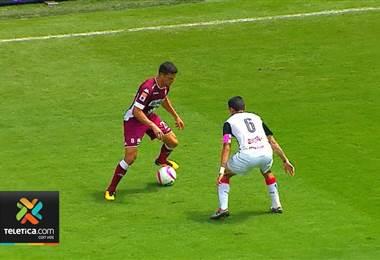 Mariano Torres anotó el segundo tanto del Saprissa en el clásico nacional.