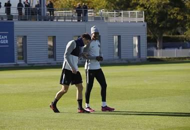 Jugadores del PSG se preparan para una nueva jornada de Champions.