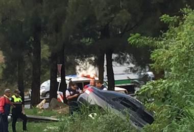 Vehículo no logra tomar curva y se estrella en la cuneta en cruce General Cañas – Estadio Nacional