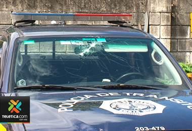 Conductores que aparentemente participaban en piques reventaron parabrisas de patrulla
