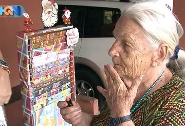 Esta adorable adulta mayor de San Roque de Grecia le encanta andar pintoreteada y hacerle bromas a la gente.
