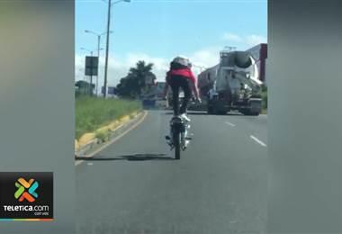 Hombre arriesgó su vida al hacer maromas en carretera con motocicleta sin placa