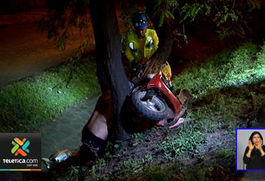 Violento choque en moto deja dos hombres graves en autopista General Cañas