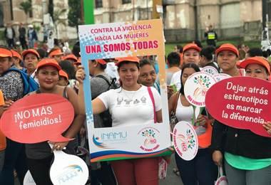 Personas marchan en San José contra la violencia hacia las mujeres
