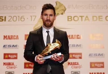 Lionel Messi recibió la Bota de Oro como máximo goleador de la temporada 2016/2017 en las ligas europeas.