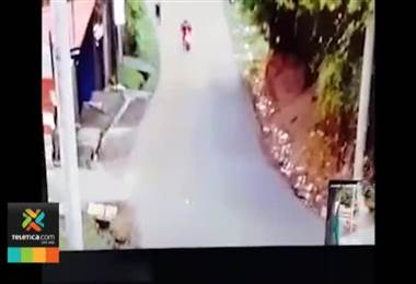 Video muestra momento en el que una joven es asesinada para robarle sus pertenencias en Alajuelita