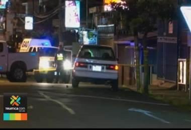 Matan hombre de 9 disparos dentro de vehículo en Alajuelita