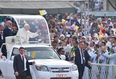 El papa oficia una multitudinaria misa para los católicos en Birmania