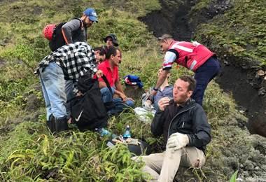 Socorristas rescatan 4 personas que sufren accidente en cráter del volcán Arenal