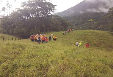Rescatan a turista accidentado en la cima del volcán Arenal