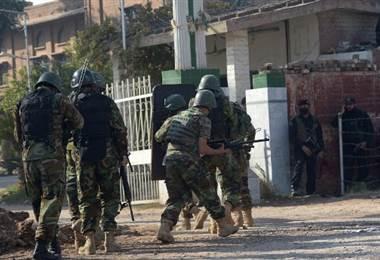 Nueve muertos y decenas de heridos en ataque talibán a escuela en Pakistán