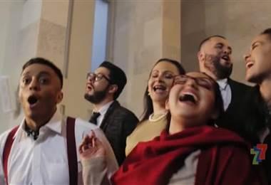 """Dieciocho cantantes unidos en un coro interpretan """"El tamborilero"""", el nuevo villancico y video musical de Laus Deo, el cual se estrenó el jueves pasado."""