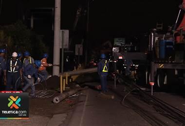 Camión derriba postes del tendido eléctrico y provoca caos vial en San Pedro