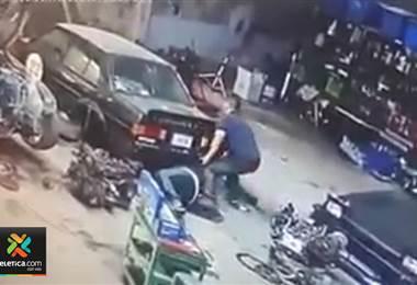 Vehículo cae sobre mecánico En cartago