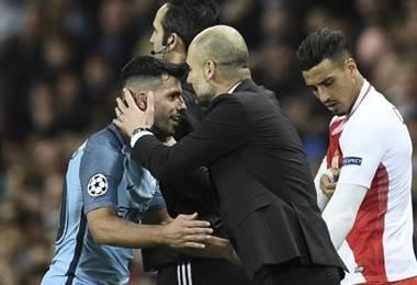 Guardiola felicita a su delantero Sergio Agüero.