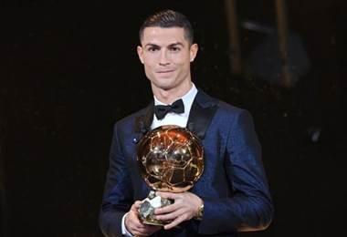 Cristiano Ronaldo con su quinto Balón de Oro.