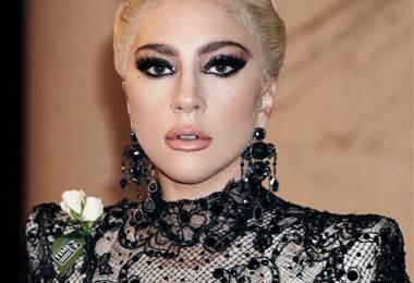 Lady Gaga vistió una rosa blanca contra el acoso