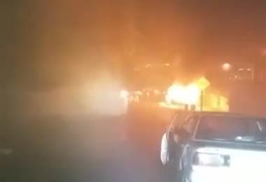 Microbús ardió en llamas en Tarbaca