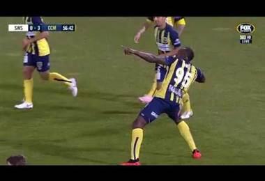 Usain Bolt marca un doblete en su primer partido como titular