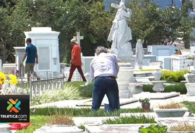 Cementerios se llenaron de visitantes en el Día de los Santos Difuntos