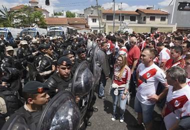 Policía e hinchas de River Plate. AFP