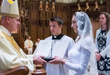 La vida de mujeres que deciden casarse con Cristo. BBC