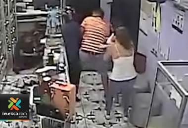 Video muestra como dos delincuentes mataron al cliente de una perfumería en Grecia