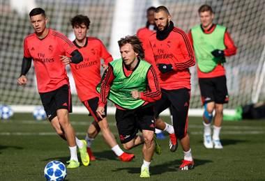 Luka Modric elude la marca de sus compañeros del Real Madrid.|realmdrid.com