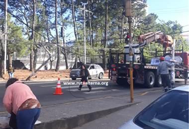 Trailer, cableado y postes caídos en San Pedro