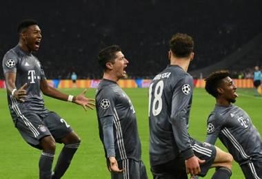 Los jugadores del Bayern Munich celebran junto al goleador Robert Lewandoski.|AFP