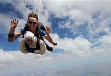 Irene O'Shea se convirtió en la paracaidista más anciana  AFP.