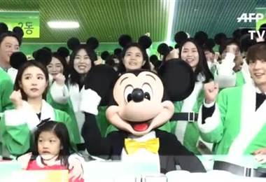 Mickey envuelve regalos navideños para niños de Corea del Sur