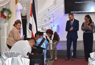 El acto de graduación reunió a padres y madres de familia, maestros y personal médico.