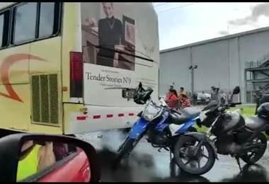 Choque es entre dos trailers, un bus y un carro