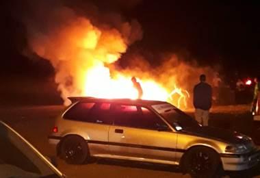 Motocicleta se incendió tras colisión con un vehículo en Los Chiles.