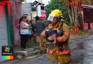 los bomberos rescataron a dos niños y tres adultos atrapados en una casa que fue consumida en su totalidad por las llamas