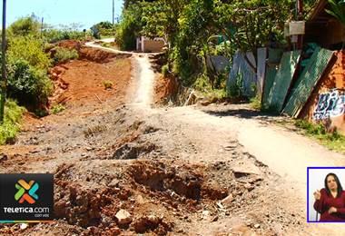 Deslizamiento pone en riesgo a vecinos de calle Los Camacho en el Guarco de Cartago